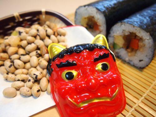 節分のお面と豆と丸かぶり寿司