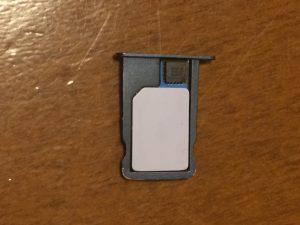 SIMゲタの上にアクティベーションカードを載せたところ
