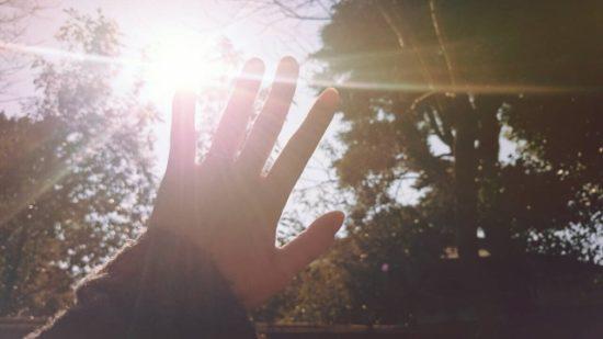 手をかざす