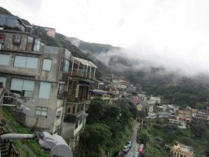 崖の上に建つ九份の街並み