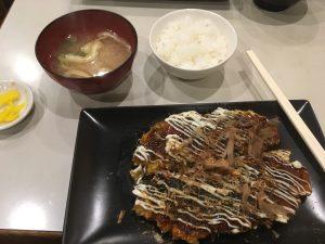 お好み焼きとご飯と味噌汁のランチセット