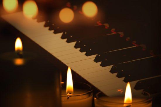 ピアノとクリスマスキャンドル