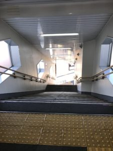 芦原温泉駅で村井さんが下りて行った階段