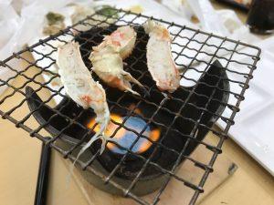 焼き台で蟹を焼いて食べる