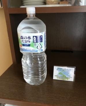 サービスのペットボトルの水