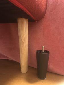 ソファーの脚を入れ替えた画像